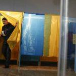 Двое пожилых людей в Никополе голосовали на избирательном участке в кабинке